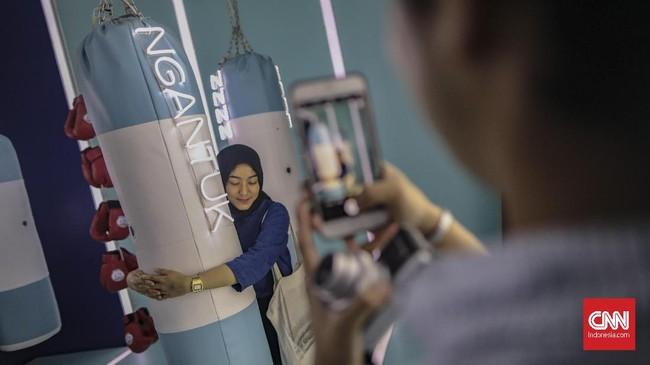 Selain ruangan berfoto, dalam acara ini juga ada sesi diskusi bersama influencer muda lokal. (CNN Indonesia/Bisma Septalisma)