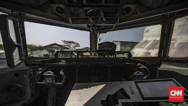 Tampak dalam kokpit di potongan bangkai pesawat yang berada dalam tumpukan di Jalan Pergudangan Marunda II, Cilincing, Jakarta Utara. (CNN Indonesia/Bisma Septalisma)