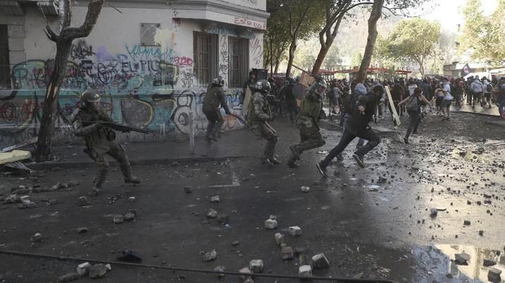 Para demonstran anti pemerintah bentrok melawan aparat keamanan di Santiago, Chili Selasa (19/11/2019)