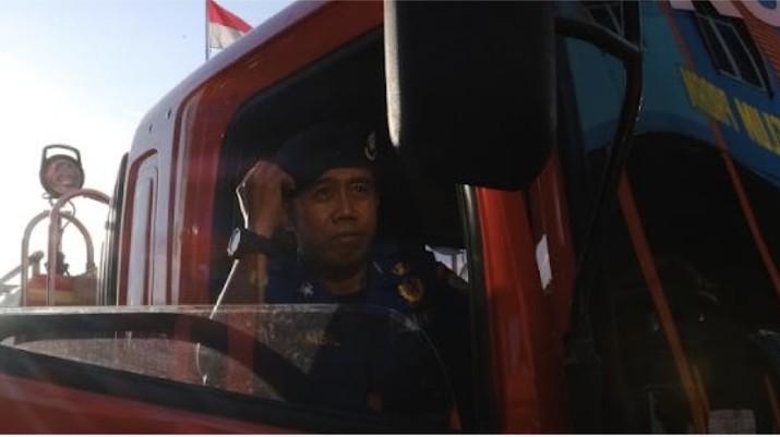 Tamsil (33) adalah seorang petugas pemadam kebakaran di Kota Makassar. Statusnya sebagai seorang single parent membuatnya harus mencari pendapatan lebih.