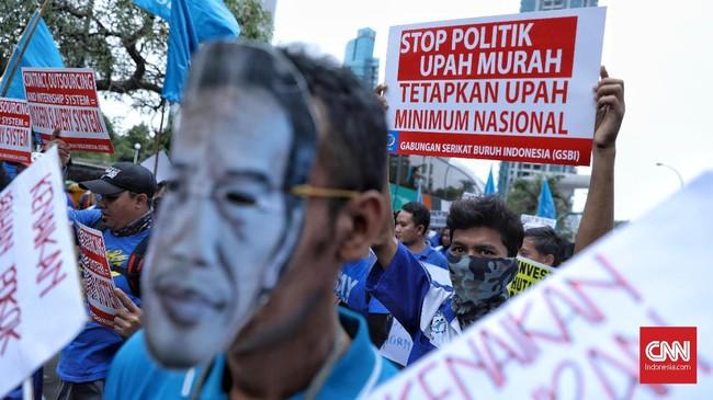 GSBI meminta pemerintah mencabut PP Pengupahan dalam aksi unjuk rasa yang digelar di Kantor Kementerian Ketenagakerjaan, Rabu (20/11). (CNN Indonesia/Bisma Septalisma)