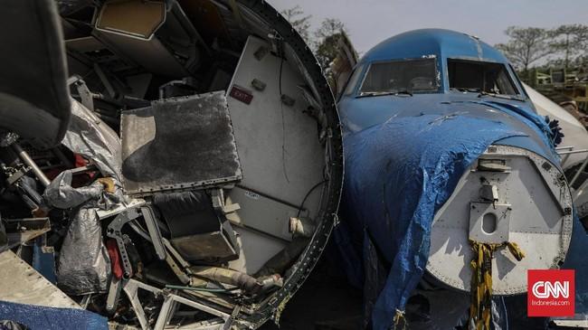 Aneka macam potongan bagian pesawat dari mulai badan, mesin, roda, hingga sayap bertumpuk di Jalan Pergudangan Marunda II, Jakarta Utara, Senin (18/11). (CNN Indonesia/Bisma Septalisma)