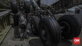 Bagian roda pesawat yang dibiarkan bertumpuk sebelum dibawa ke pembeli selanjutny. (CNN Indonesia/Bisma Septalisma)