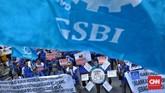 GSBI juga meminta pemerintah membatalkan kenaikan upah sebesar 8,51 persen yang ditetapkan untuk 2020 dalam aksi unjuk rasa yang digelar di Kantor Kementerian Ketenagakerjaan, Rabu (20/11). (CNN Indonesia/Bisma Septalisma)