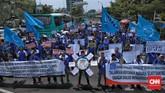 Buruh yang tergabung dalam Gabungan Serikat Buruh Indonesia (GSBI) berunjuk rasa di Kantor Kementerian Ketenagakerjaan Rabu (20/11). (CNN Indonesia/Bisma Septalisma)