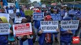 GSBI juga menolak gagasan Menteri Ketenagakerjaan Ida Fauziah menghapuskan sistem upah minimum kota/kabupaten (UMK) dan menetapkan upah minumum provinsi (UMP) sebagai upah terendah. (CNN Indonesia/Bisma Septalisma)