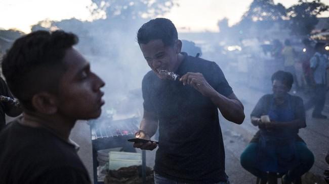 Penduduk Maracaibo enggan terlibat dalam aksi unjuk rasa jika mengarah ke kerusuhan. Mereka enggan membahayakan hidup karena masih memiliki tanggungan keluarga. (AP Photo/Rodrigo Abd)
