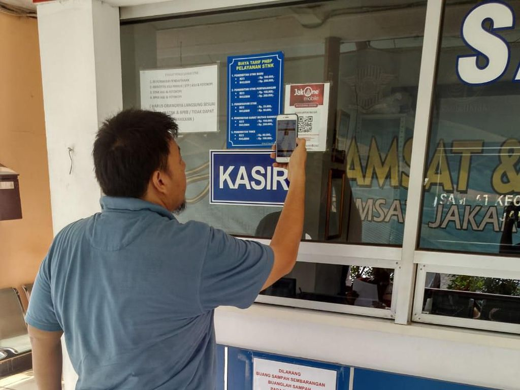 Untuk memaksimalkan kemudahan bagi Wajib Pajak, Bank DKI menyediakan aplikasi layanan keuangan JakOne Mobile sebagai solusi praktis untuk pembayaran PKB kapanpun dan dimanapun. Wajib pajak hanya perlu memasukkan nomor polisi kendaraan yang akan dibayar melalui JakOne Mobile. Foto: dok. Bank DKI