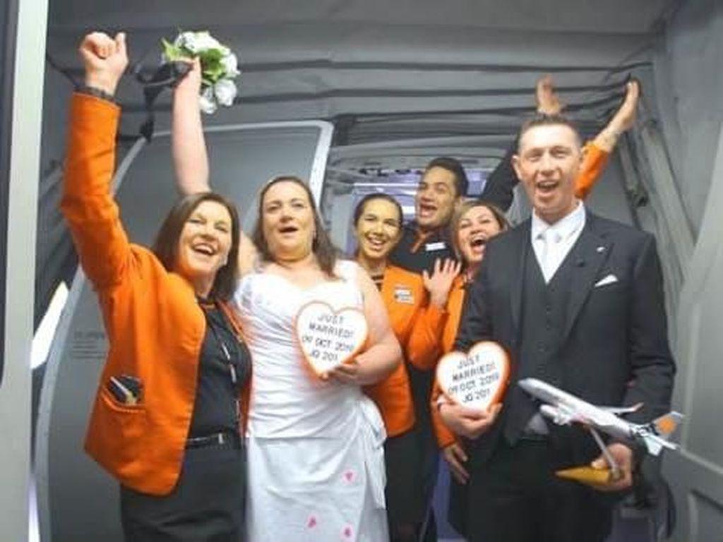 Pasangan Ini Nikah di Atas Ketinggian 37.000 Kaki