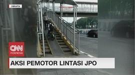 VIDEO: Aksi Pemotor Lintasi JPO