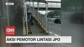 VIDEO: Aksi Pemotor Lintasi JPO