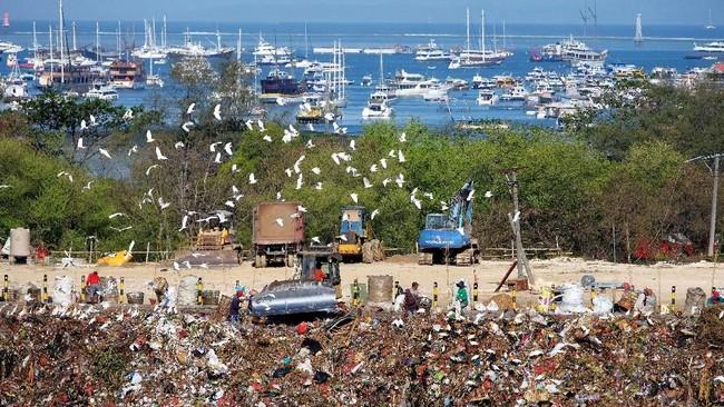 Aktivitas pengumpulan sampah di Tempat Pembuangan Akhir (TPA) Regional Sarbagita Suwung Denpasar, Bali, yang berada di dekat kawasan wisata perairan. (ANTARA FOTO/ Nyoman Hendra Wibowo)