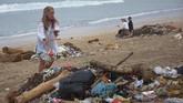 Wisatawan mancanegara turut membersihkan sampah yang berserakan di kawasan Pantai Kuta, Bali. (ANTARA FOTO/ Nyoman Hendra Wibowo)