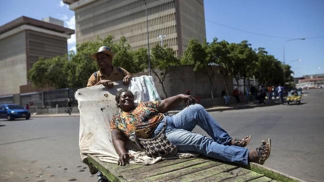 Kehidupan di Kota Maracaiboyang kaya minyak mendadak suram akibat krisis ekonomi dan politik berkepanjangan yang terjadi di Venezuela. (AP Photo/Rodrigo Abd)