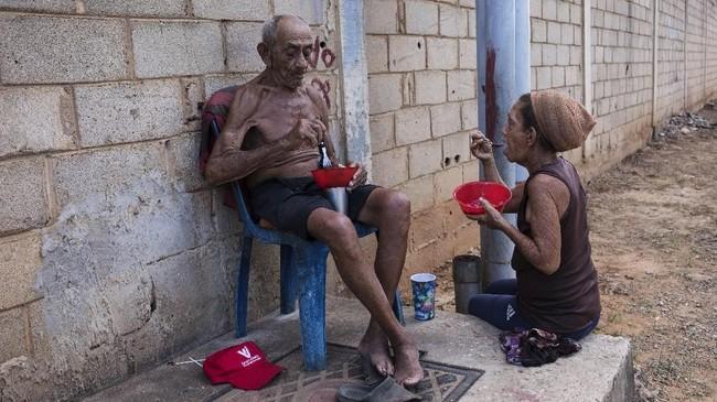 Penduduk miskin di Maracaibo saat ini hanya bisa mengharap bantuan dari sesama warga untuk bisa bertahan hidup. Sebab, perekonomian mandek membuat mereka semakin melarat. (AP Photo/Rodrigo Abd)