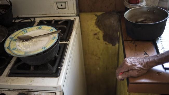 Masyarakat Maracaibo juga harus berhemat dalam membeli bahan makanan dan memasak. Sebab, harga bahan makanan sangat mahal dan langka. (AP Photo/Rodrigo Abd)