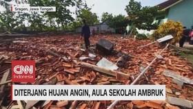 VIDEO: Diterjang Hujan Angin, Aula Sekolah Ambruk