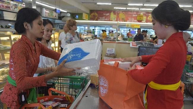 Karyawati pusat perbelanjaan memasukkan barang yang dibeli konsumen ke dalam kantong ramah lingkungan di Denpasar. (ANTARA FOTO/ Nyoman Hendra Wibowo)