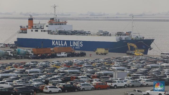 Mobil ekspor di pelabuhan IPCC, Tanjung Priok. (CNBC Indonesia/ Andrean Kristianto)