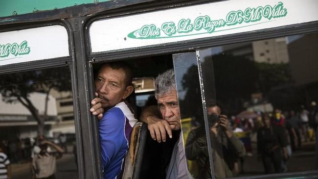 Pendudukmiskin di KotaMaracaibo, Venezuela, harus berjuang hidup di antara himpitan gejolak politik dan desakan kebutuhan sehari-hari. (AP Photo/Rodrigo Abd)