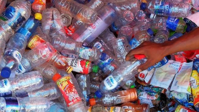 Tumpukan sampah botol plastik bekas minuman yang akan diolah di kawasan Badung. (ANTARA FOTO/ Nyoman Hendra Wibowo)
