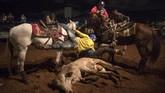 Warga Maracaibo juga masih mengupayakan hiburan di tengah krisis demi melepas penat. Salah satunya adalah dengan atraksi 'Coleo'. (AP Photo/Rodrigo Abd)