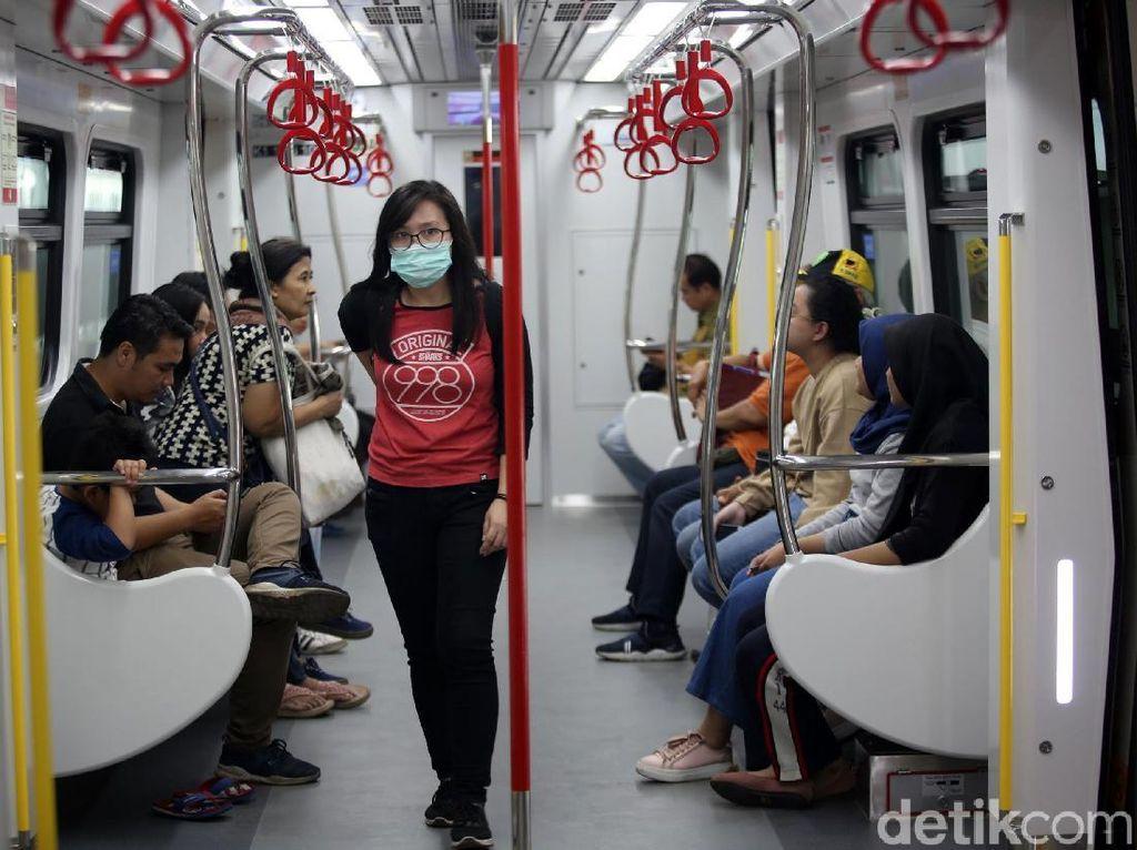 Kereta LRT Jakarta yang dibangun sejak pertengahan 2016 mulai dipakai sejak medio 2018 lalu. Sejak itu, LRT Jakarta beroperasi dengan status uji coba tanpa mengenakan biaya perjalanan.