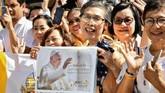 Paus Fransiskus juga berbicara soal berbagai isu soal perdagangan manusia sampai upaya perdamaian di Thailand. (Photo by Vincenzo PINTO / AFP)