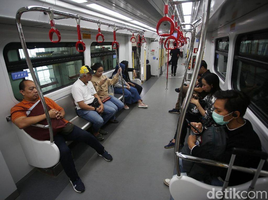 Direktur Utama LRT Jakarta Wijanarko mengatakan, dengan beroperasi secara komersial, maka dipatok tarif menggunakan LRT Jakarta sebesar Rp 5.000 untuk satu kali perjalanan. Tarif tersebut berlaku sama untuk jarak jauh maupun dekat.