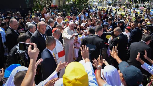 Umat Katolik di Thailand sempat mengalami persekusi karena minoritas. Jumlah mereka sekitar 69 juta orang, atau 0,58 persen dari keseluruhan populasi. (Photo by Mohd RASFAN / AFP)