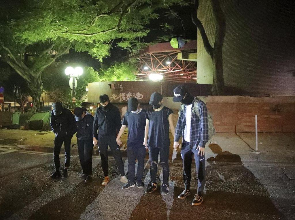 Logistik Menipis, Demonstran di Kampus Hong Kong Menyerah