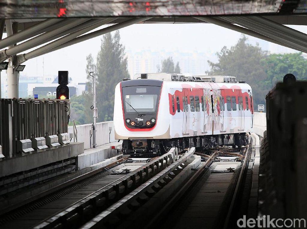 PT LRT Jakarta akhirnya menetapkan jadwal pengoperasian komersial perdananya setelah setahun lebih mengoperasikan layanan kereta ringan tersebut secara gratis kepada masyarakat. Direktur Utama LRT Jakarta, Wijanarko mengatakan kereta ringan perdana di Jakarta tersebut akan beroperasi secara komersial pada 1 Desember 2019.