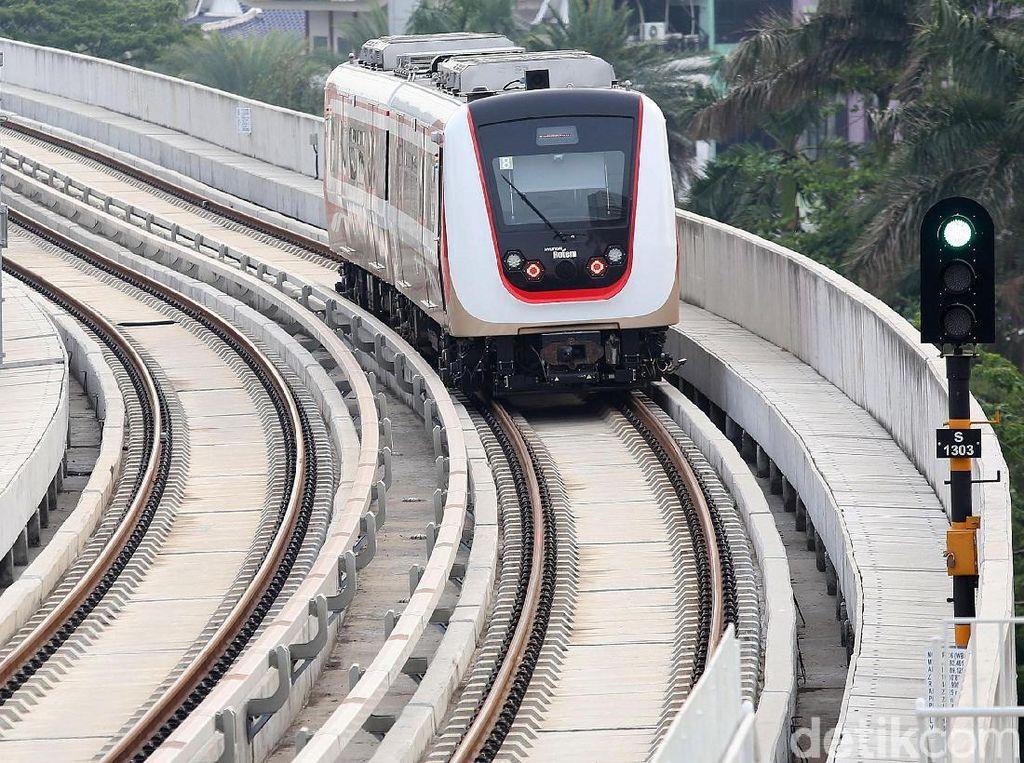 Sebelumnya pengoperasian LRT Jakarta baru dilakukan dengan label uji coba, sehingga membuat LRT belum mematok tarif kepada penumpang.