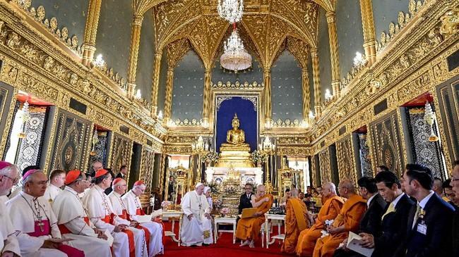 Paus Fransiskus menyatakan akan menemui petinggi Buddha dan Katolik selama kunjungan di Thailand. (Photo by Vincenzo PINTO / AFP)