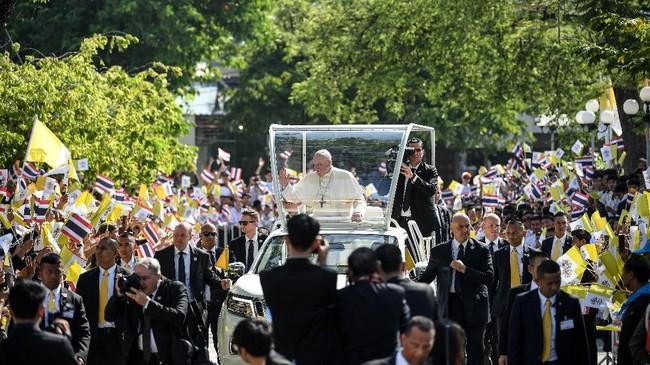 Dalam lawatannya ke Thailand, Paus Fransiskus menyatakan ingin menggugah semangat umat Katolik di negara itu karena merupakan minoritas. (Photo by Mohd RASFAN / AFP)