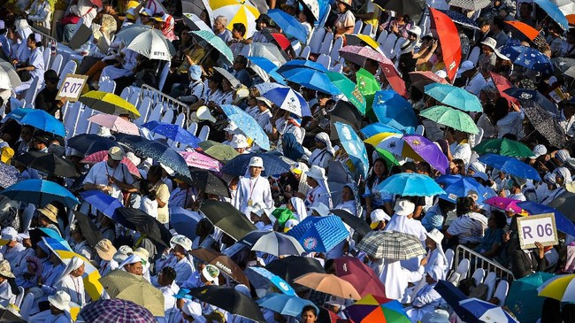 Pemimpin Tahta Suci Vatikan, Paus Fransiskus, singgah ke Thailand dalamrangkaian lawatannya ke kawasan Asia. (Photo by Mohd RASFAN / AFP)