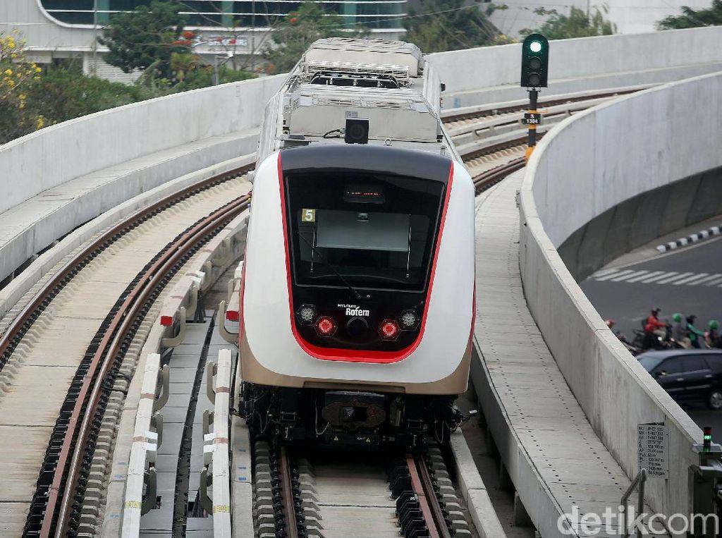LRT Jakarta akan diintegrasikan dengan transportasi lain seperti Trans Jakarta untuk memudahkan mobilitas masyarakat. Saat ini pihaknya tengah melakukan komunikasi kerjasama untuk pengembangan integrasi moda transportasi.
