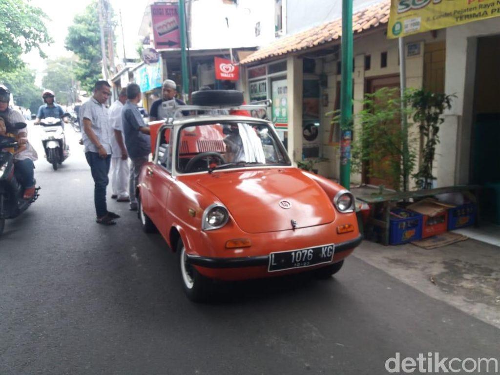 Mobil memiliki pelat asal Surabaya, terlihat ada anak-anak yang duduk di belakang. Setelah menelisik lebih lanjut, mobil itu ternyata mobil yang cukup langka di Indonesia.