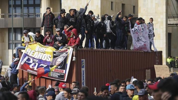 Demonstran anti-pemerintah berunjuk rasa di alun-alun Bolivar di Bogota, Kolombia.