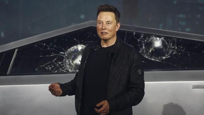 CEO Tesla, Elon Musk, memperkenalkan Cybertruck di studio desain Tesla.