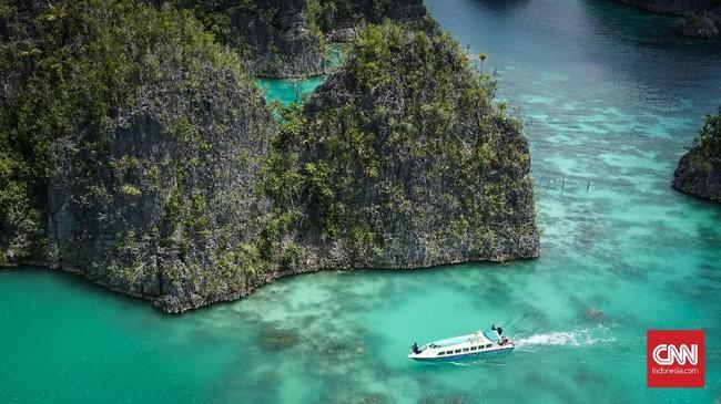 Terkadang Bukit Pianemo dijuluki miniatur Pulau Misool dan Pulau Wayag yang letaknya juga sama di Raja Ampat.