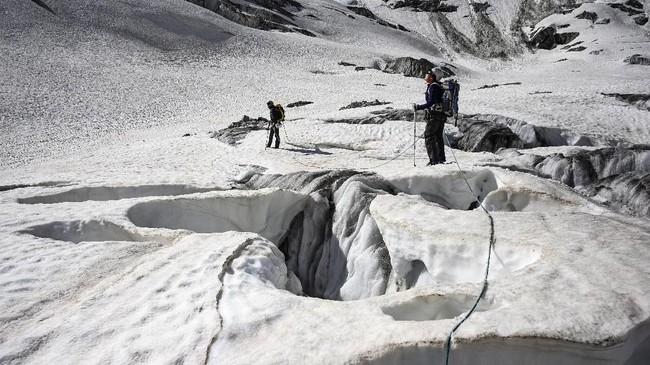 Namun, wisatawan kini mesti menghadapi kenyataan pahit bahwapanorama salju putih menghampar kian berkurang. Es meleleh akibat pemanasan global. Yang tampak kini hamparan batu yang tandus. Gunung salju pun kolaps.(Photo by MARCO BERTORELLO / AFP)