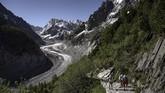 Mer de Glace,di Pegunungan Alpen,Chamonix, Prancis,yang dekat denganperbatasan Swiss-Italia,sejak lama jadi tujuan jutaan wisatawan penikmat saljudari berbagai penjuru dunia. (Photo by MARCO BERTORELLO / AFP)