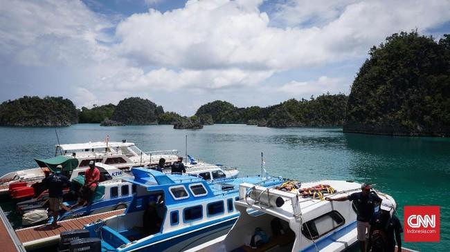 Pesona akan gugusan pulau-pulau karst dan warna laut yang sangat memanjakan mata wisatawan menjadi keunggulan Bukit Pianemo.