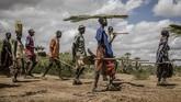 Mereka bekerja keras memompa air. Sebagian lain bertahan hidup dengan menjual batu bara. (Luis TATO / AFP)