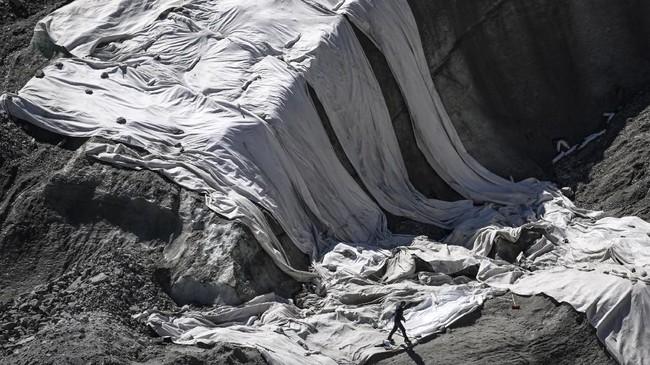 Para pendaki pun kini memiliki ritual baru; waspada terhadap gelontoran batu dari atas akibat kerusakan jalur pendakian pasca-melelehnyasalju secara signifikan di area itu.(Photo by MARCO BERTORELLO / AFP)