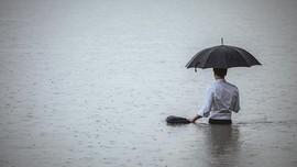 5 Cara Menjaga Anak Saat Banjir Tiba