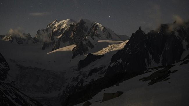 Dua gelombang panas yang menyerang Eropa pada Juni disebut juga memberi dampak signifikan karena menyerang bagian dasar gunung. Saat es mencair, seluruh batuan menjadi tak stabil dan rentan runtuh. (Photo by MARCO BERTORELLO / AFP)