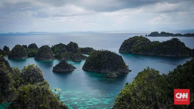 Bukit Pianemo merupakan salah satu tempat wisata terbaik yang berada di Raja Ampat. Perbukitan yang berada di pulau karst ini terletak di Kepualuan Waigeo Barat, Raja Ampat, Papua Barat.