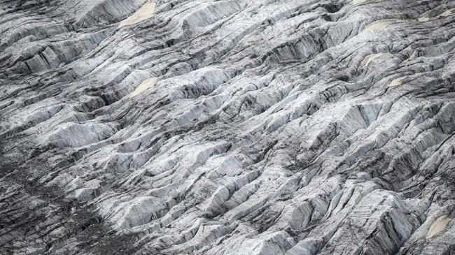 Penelitian yangdirilis pada Juni oleh mahasiswa doktoral di Universitas Savoie Mont Blanc, menemukan ada kerusakan pada 96 jalur pendakian terbaik Gaston Rebuffat. 93jalur terimbas oleh perubahan iklim, 26 di antaranya terpengaruh signifikan, dan tiga jalur hancur total. (Photo by MARCO BERTORELLO / AFP)